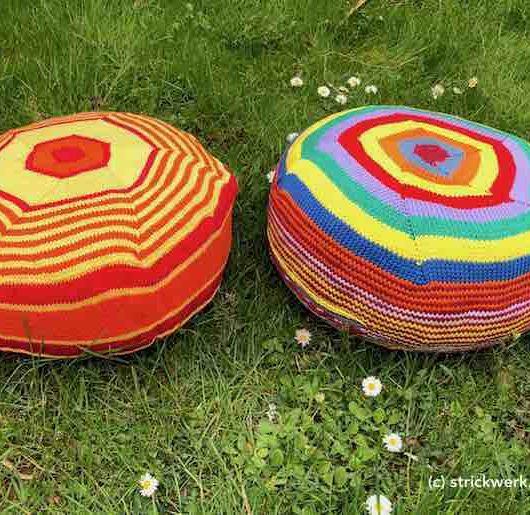 Zwei bunte Kissen auf einer Wiese