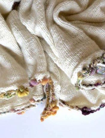 Tuch/Cape mit Art-Yarn-Umrandung, Detail