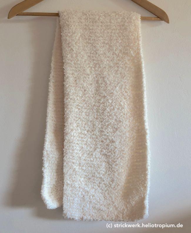 Schal auf einem Bügel